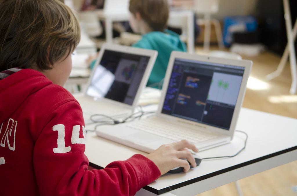 Odnos ne može da bude sveden na tehničko ovladavanje uređajem, jer su deca vrlo vešta u tome. On se tiče nečeg mnogo važnijeg – građenja kulture upotrebe tehnologija.