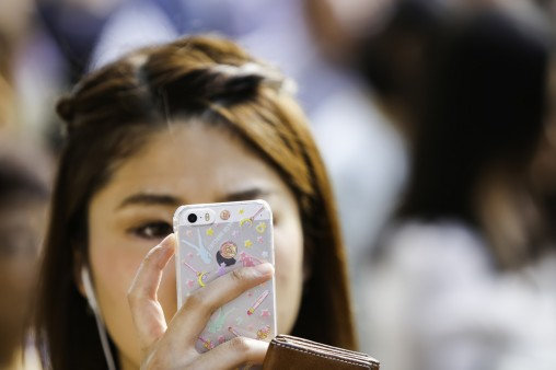 girl-with-phone