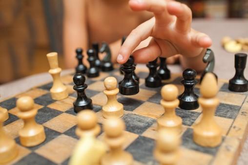 kid-playing-chess