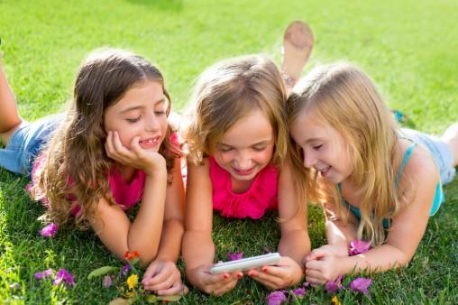 girls-smartphone