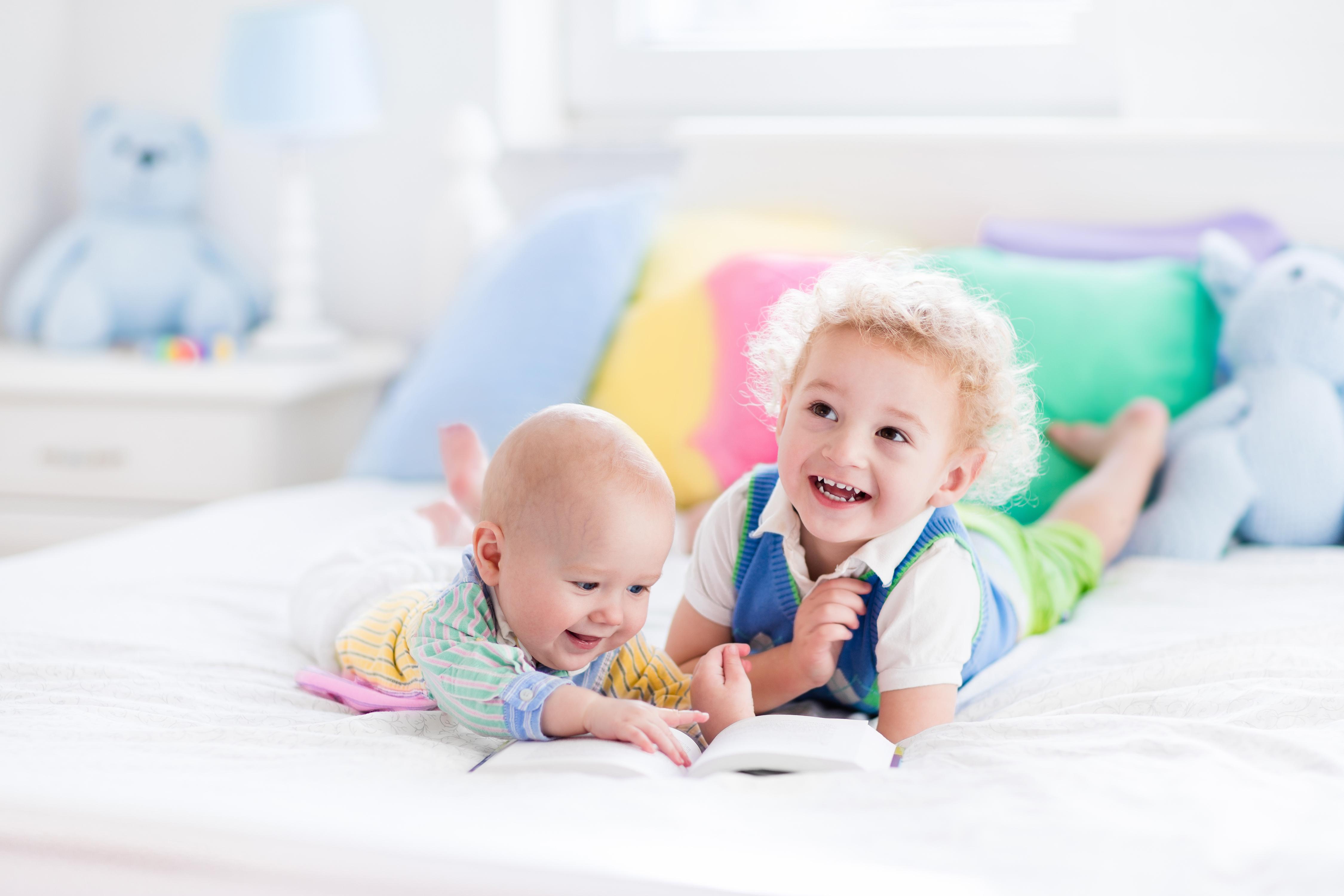 Marija Montesori je tvrdila da deca od rođenja do 6. godine poseduju upravo taj upijajući um. Zato obratite pažnju na Montesori knjige za decu koje smo izdvojili za vas. Copyright: FamVeld