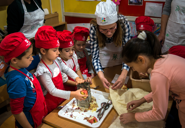 Jedan od načina kako da deca steknu zdrave navike, jeste da ih uključite u pripremi porodičnih obroka.