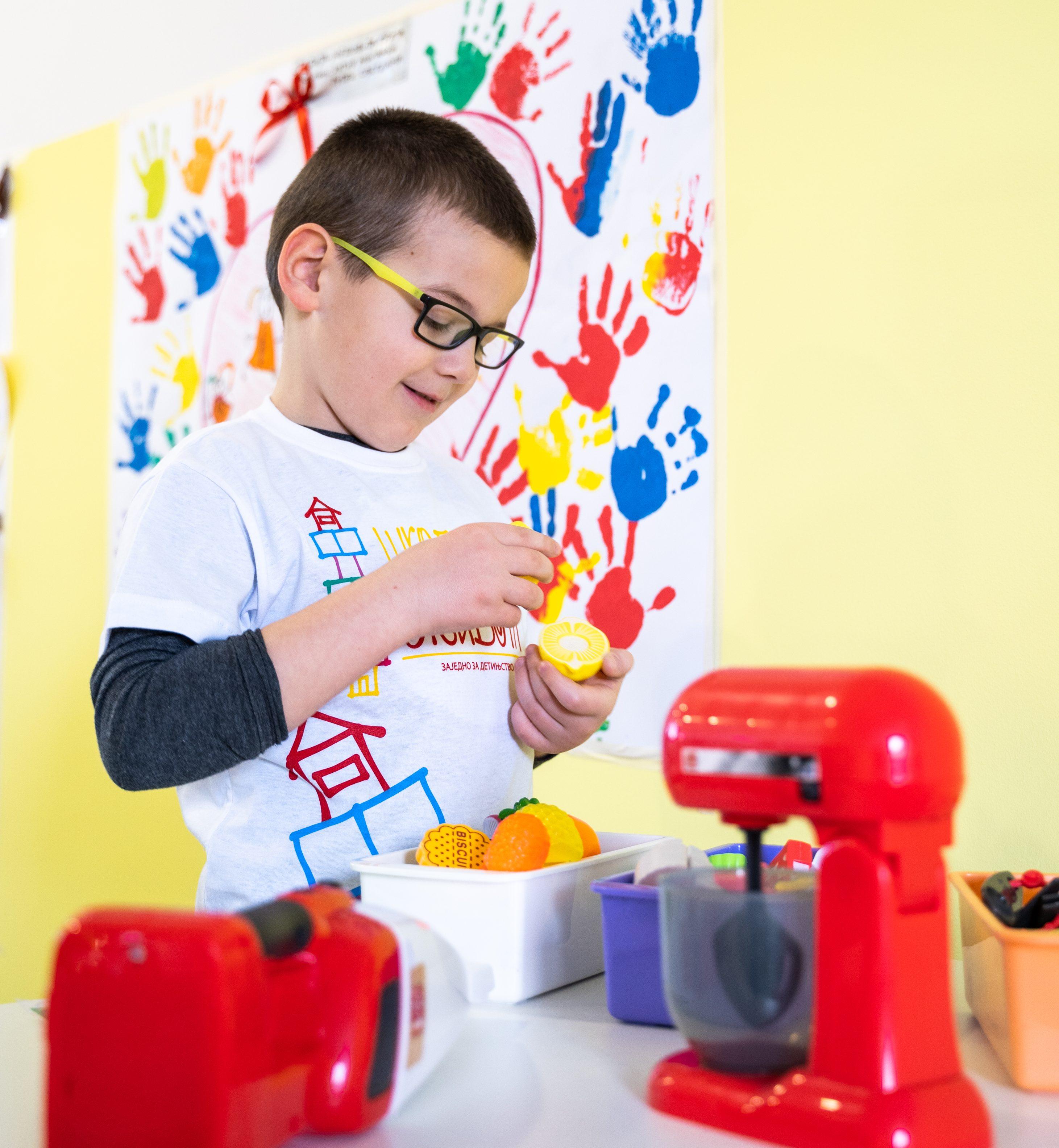majući u vidu da fizička aktivnost dece na otvorenom doprinosi boljem imunitetu, sintezi vitamina D i utiče na apsorpciju kalcijuma i izgradnju koštano zglobnog sistema, veoma je važno koju hranu nuditi deci i kako svakodnevno realizovati njihovu ishranu u ovom periodu, kada nam je svima kretanje ograničeno na minimum.
