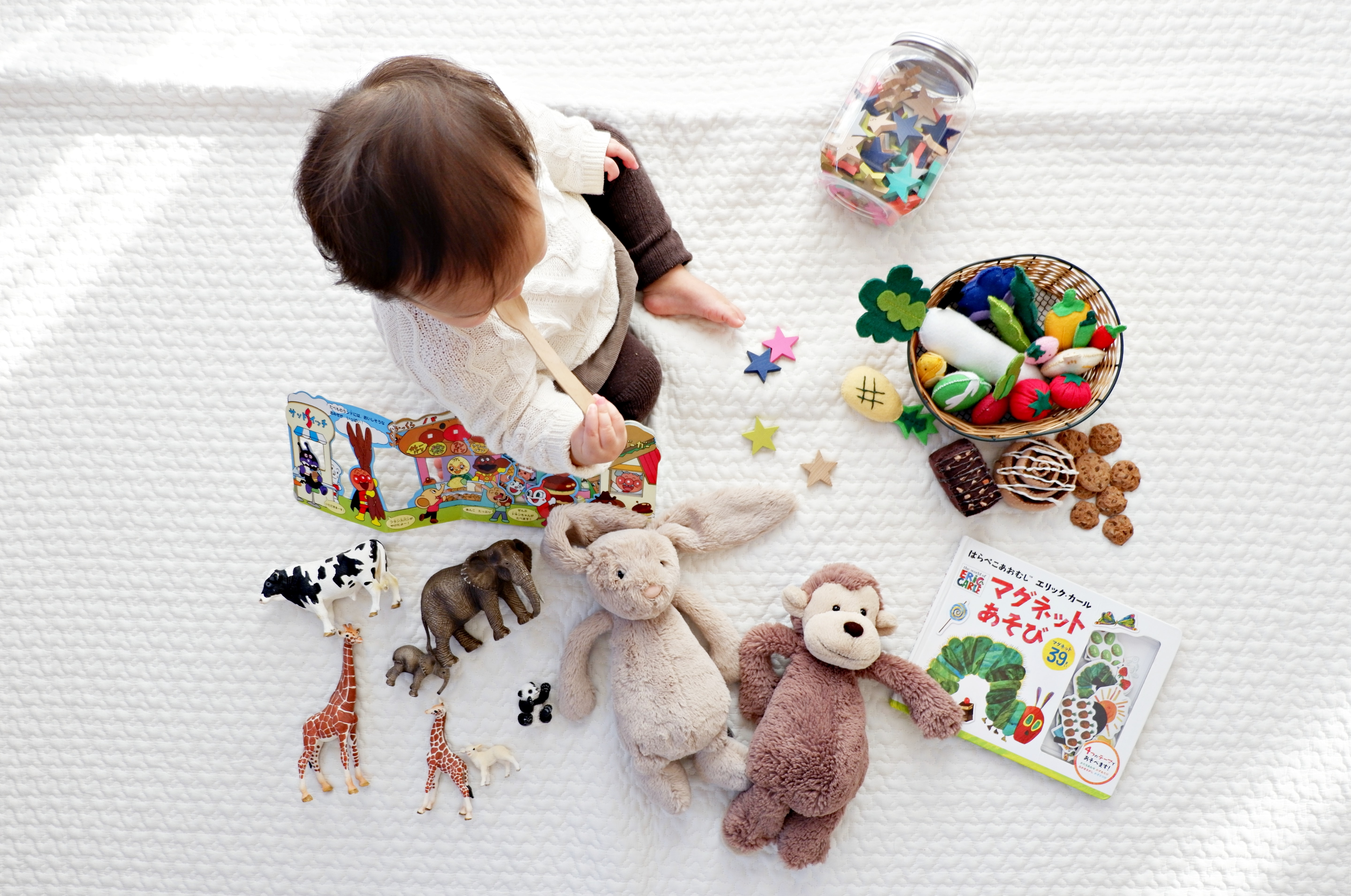 We propose 10 Montessori activities for children at home, which combine the basic postulates and activities that can be easily done at home, without the need for additional shopping.