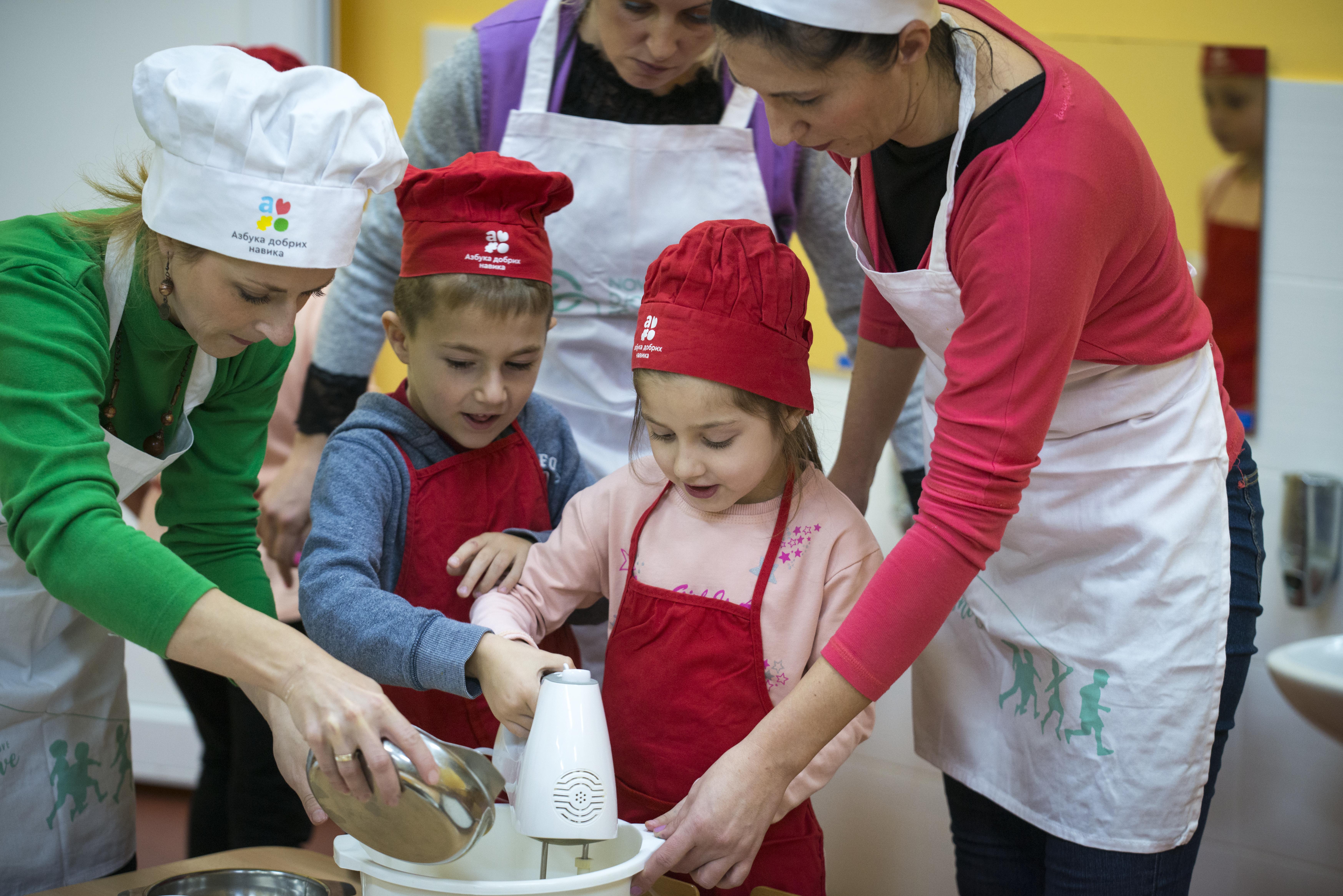 """Uključivanje dece u pripremu hrane je ključan deo našeg projekta """"Azbuka dobrih navika""""."""