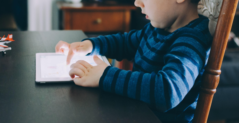 Sa druge strane, audio knjige za decu stvaraju emocionalnu koneckiju deteta sa naratorom i motivišu ih da nastave da slušaju.