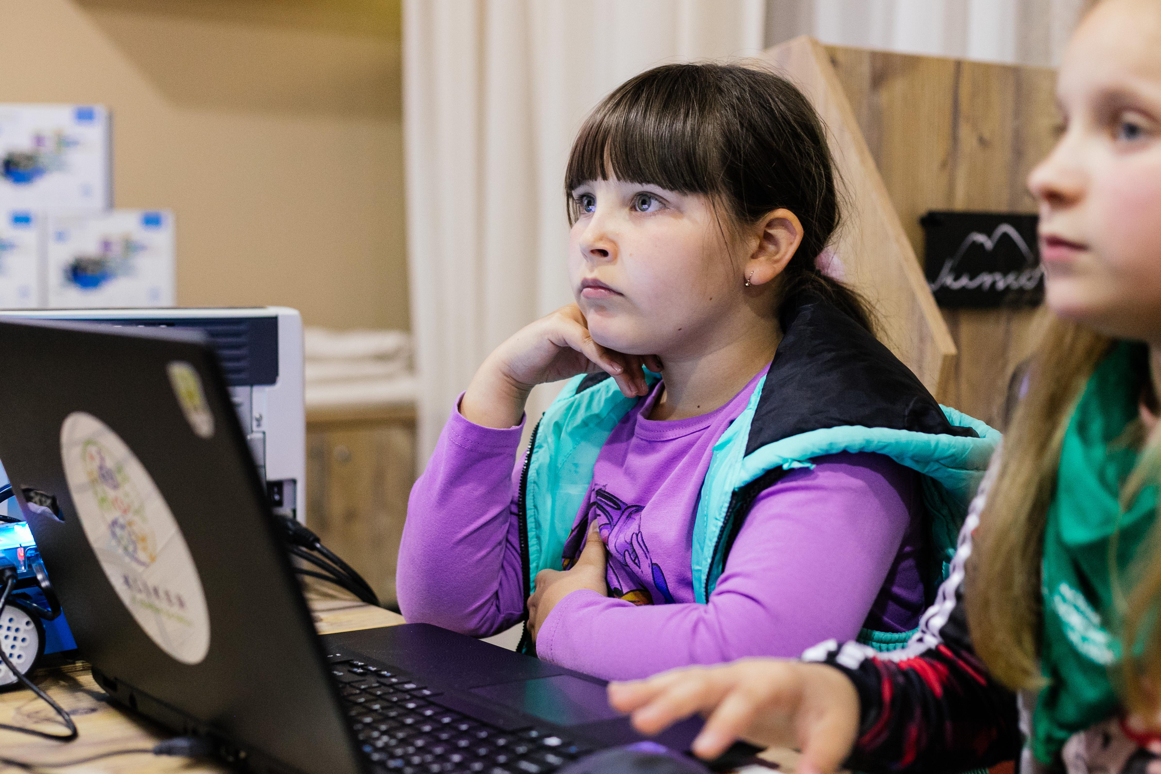 Virtuelno učenje može da bude bezbedna za decu kada se izvršava i prati na strateški način.