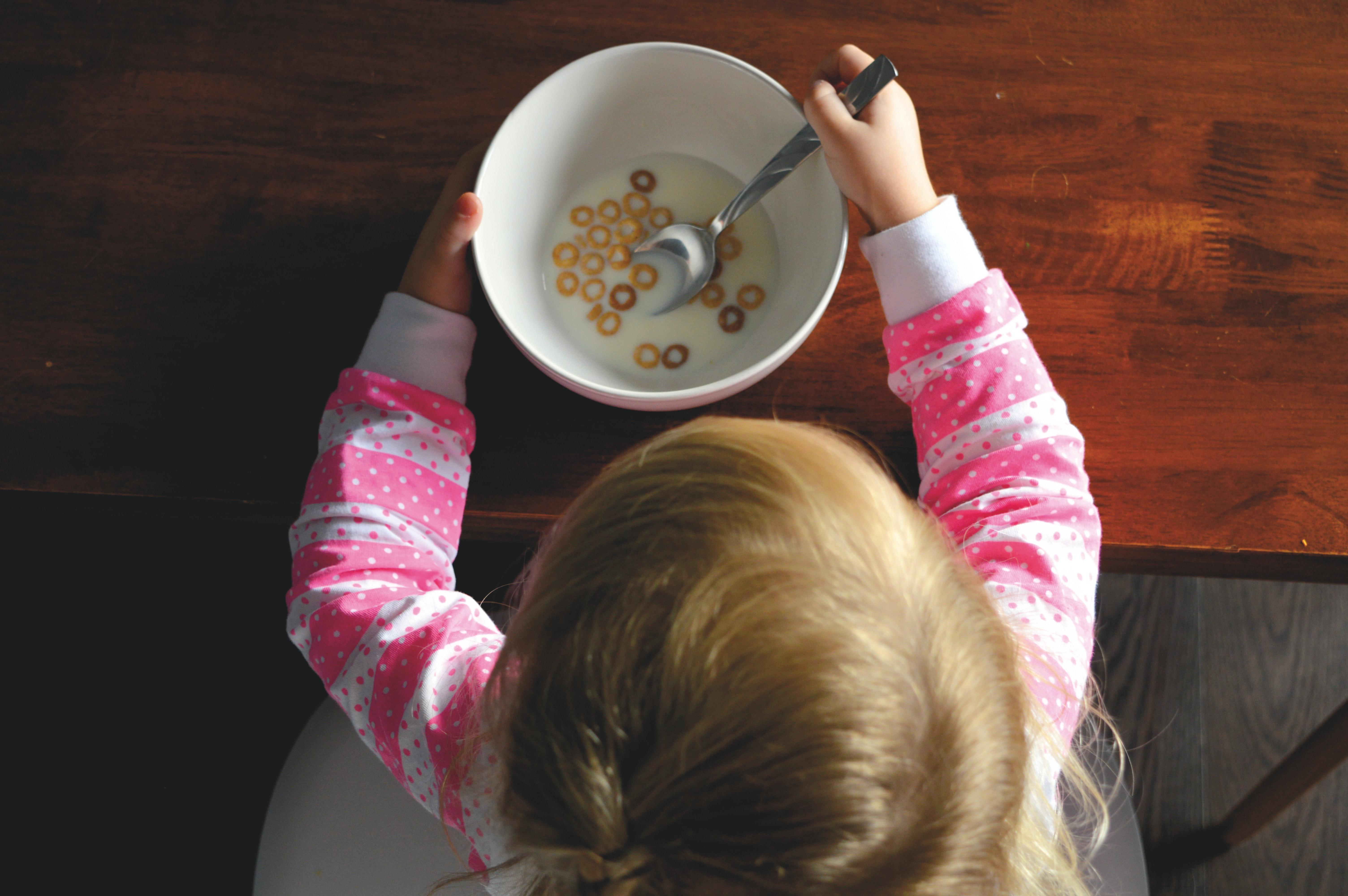 Kako su porodična jutra obično ispunjena gužvom oko spremanja za školu i posao, dešava se da roditelji nemaju uvek vremena da za decu pripreme nutritivno bogat doručak, nego u brzini izaberu neke druge opcije koje nisu toliko zdrave.