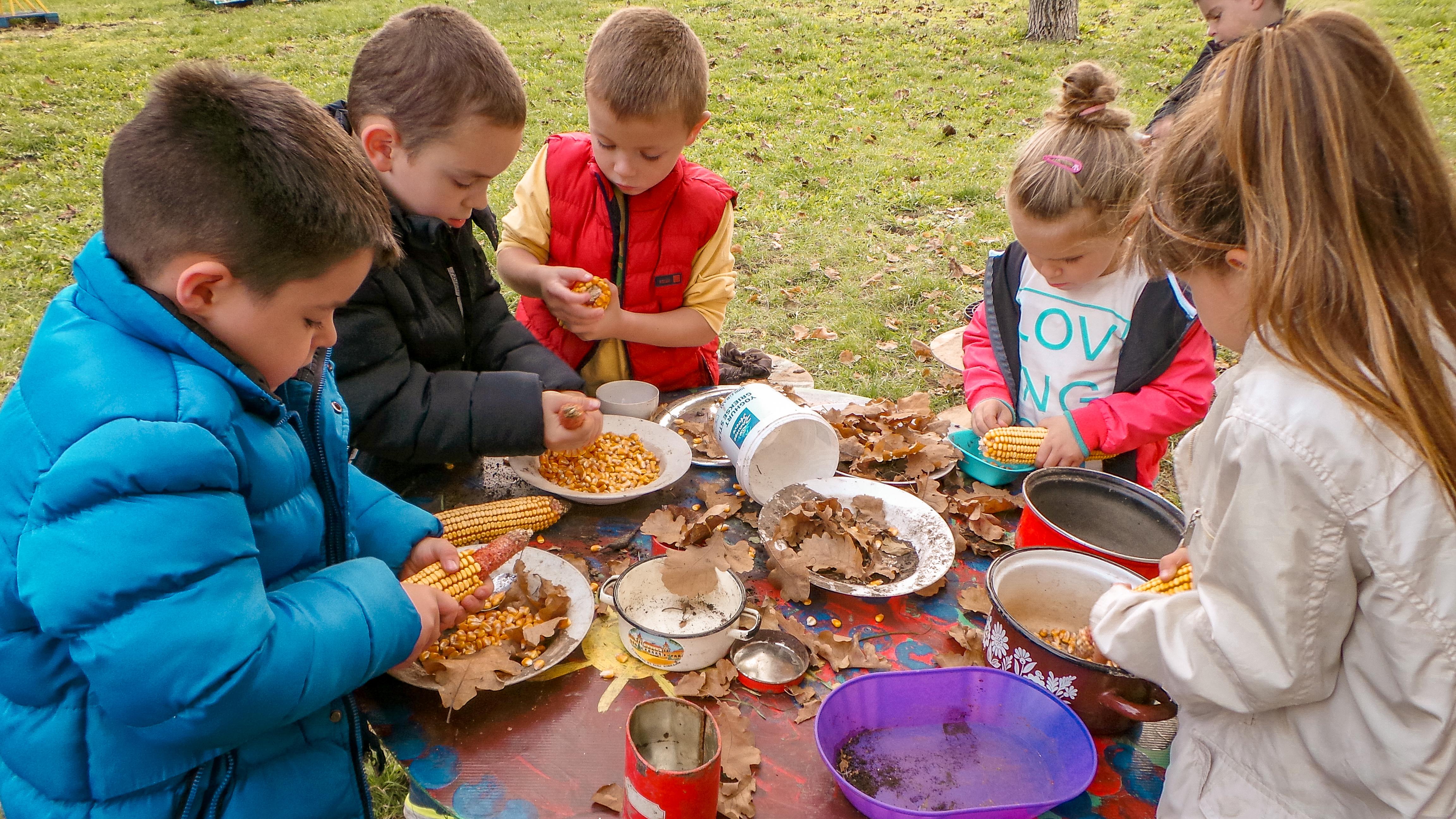 """Mališani iz sela Ljukovo su tokom Draganine posete napravili za nju i """"ručak"""" od lišća i kukuruza u svojoj kuhinjici u dvorištu vrtića."""