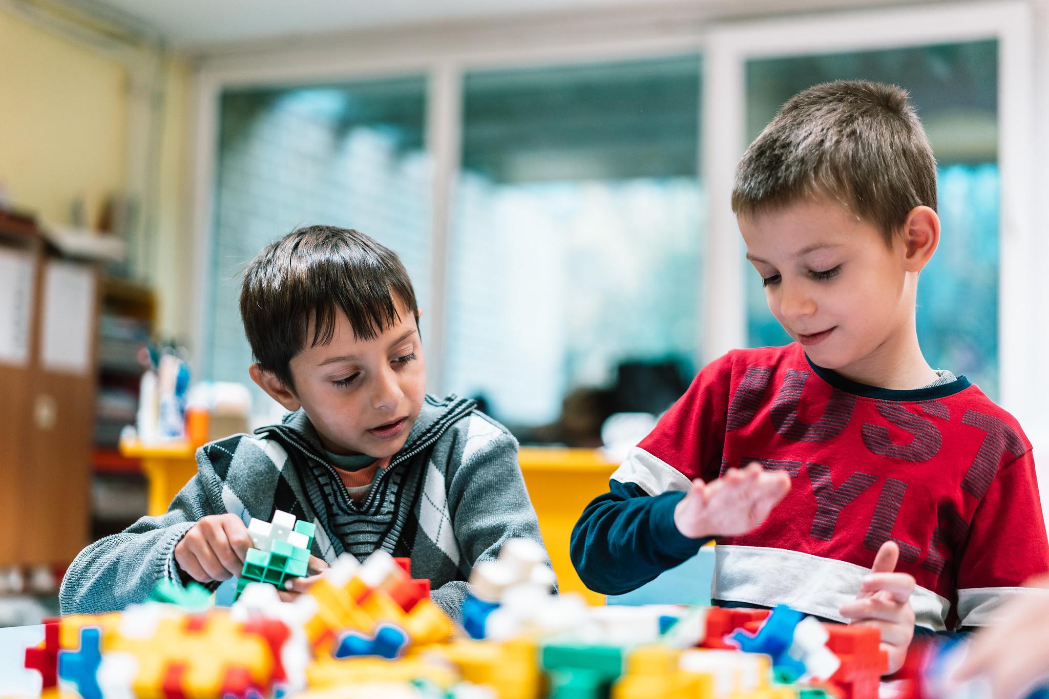 Predškolsko obrazovanjebriše bilo kakve stereotipekoji nastaju u ranim godinama i pomaže deci romske nacionalnosti da se lakše adaptiraju na sredinu u kojojžive.