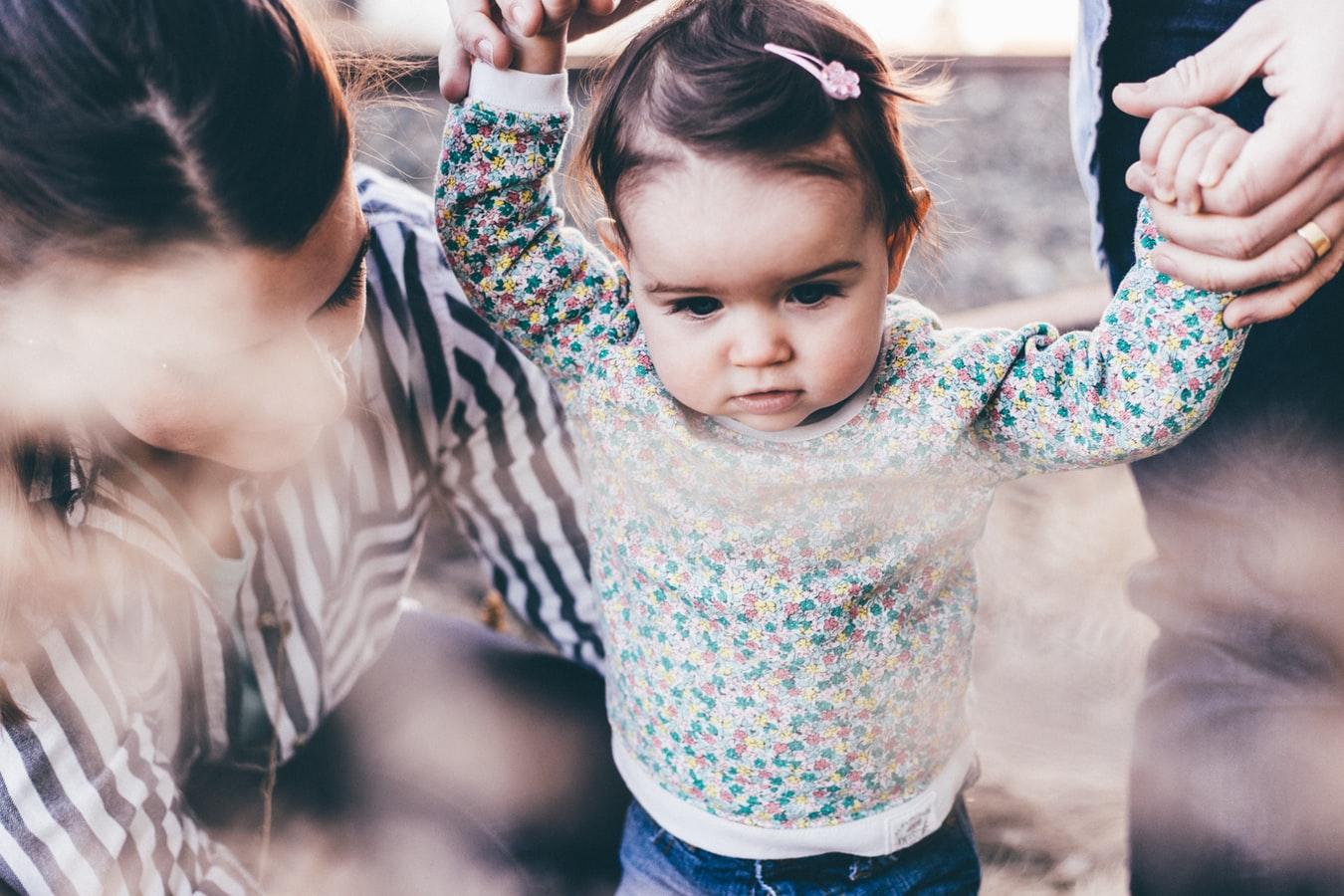 Osobe koje brinu o detetu oblikuju kakav će čovek postati. Zato dete traži pažnju roditelja i želi sa njima fizičku blizinu i emocionalnu bliskost.