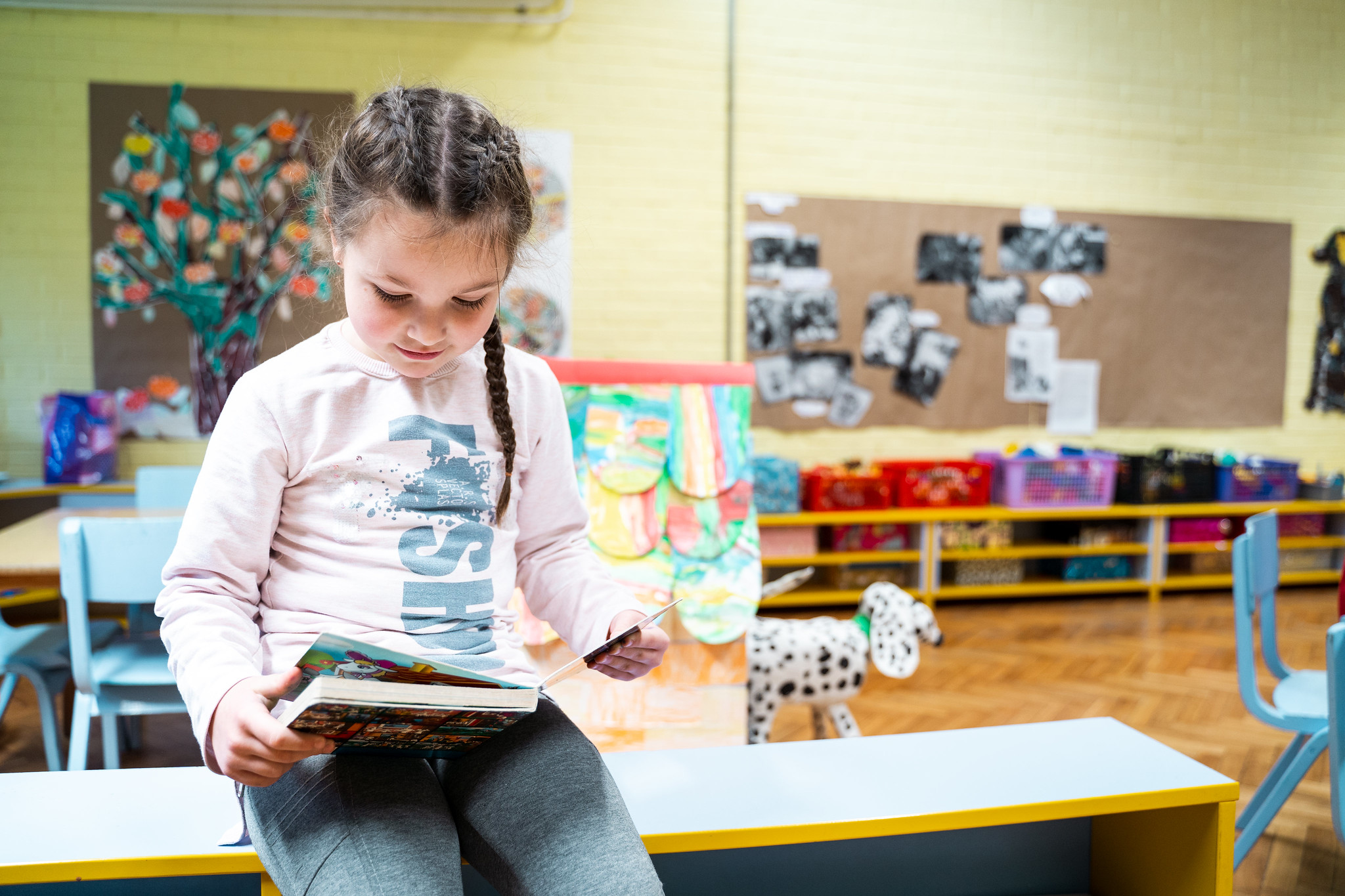 Development of memory, better concentration and focus, faster adaptation, etc. There are many brain benefits of learning a second language at an early age.
